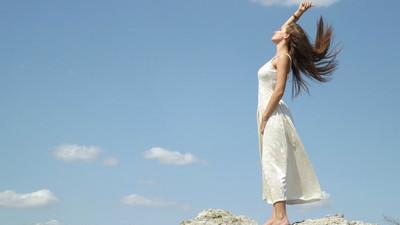 披完白紗無憾了…勇敢女孩躺花海裡闔眼 捐眼角膜留大愛