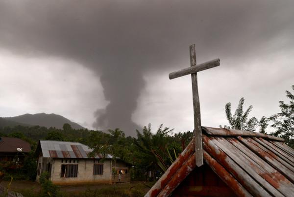 ▲▼印尼北蘇拉威西索普坦火山(Mount Soputan)噴出火山灰。(圖/路透)