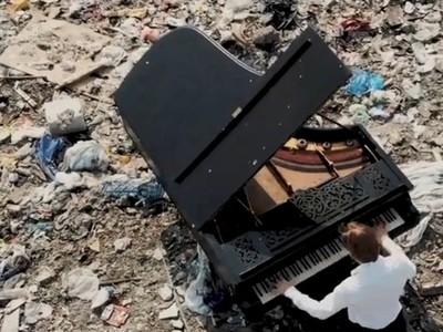 窩垃圾場6小時彈鋼琴!音樂家忍惡臭反問:你丟了多少堪用物品?