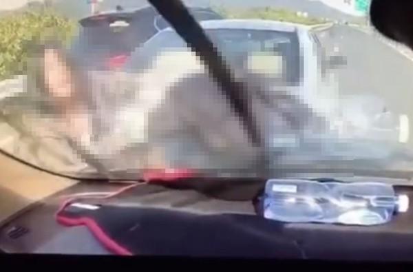 ▲國道車禍站斷腿區!下一秒「全家6人」被撞飛 慘夾2車中間昏迷。(圖/翻攝自微博)