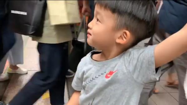 ▲▼范范帶飛翔搭捷運「沒位置坐」!(圖/翻攝自Facebook/黑人陳建州)