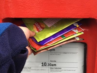 郵差苦了!環保人士吃完零食「包裝寄回製造商」:垃圾你們自己丟