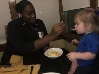 快把餐廳掀了!受不了女兒吵鬧 媽請服務生打包食物卻遭「拒絕」