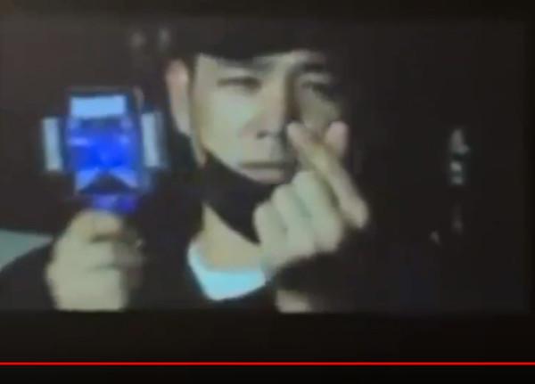 強仁坐在SJ D&E台下。(圖/翻攝自Youtube/elf with superjunior)