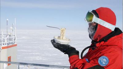 剛煮好的麵條「盪在空中」 南極科學家吃飯靠舌功