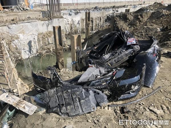 ▲被怪手挖毀棄置工地內成一團廢鐵的轎車。(圖/記者林悅翻攝)
