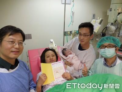 她40歲高齡產第一名國慶寶寶!