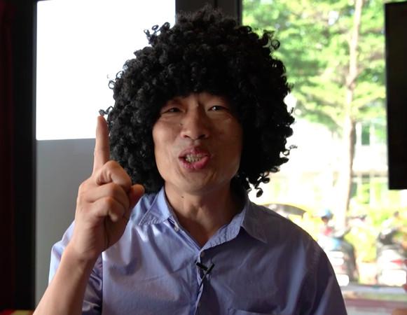 ▲沈玉琳街訪,韓國瑜喬裝成菜販在旁邊。(圖/製作單位提供)