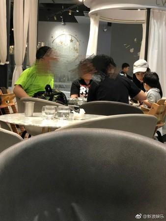 ▲▼Angelababy帶小海綿去親子餐廳。(圖/翻攝自微博)