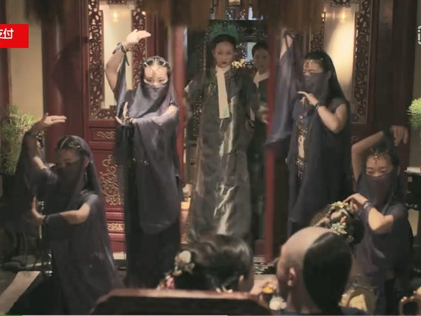 ▲乾隆和水玲瓏的姐妹們6人行,讓如懿氣炸。(圖/《愛奇藝》)