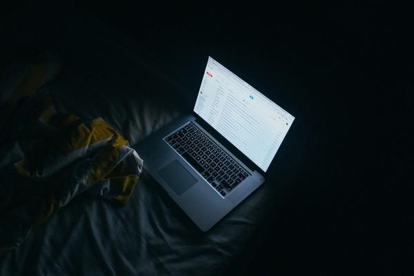 ▲▼黑暗中看螢幕非常傷眼睛。(圖/取自免費圖庫/Pixabay)