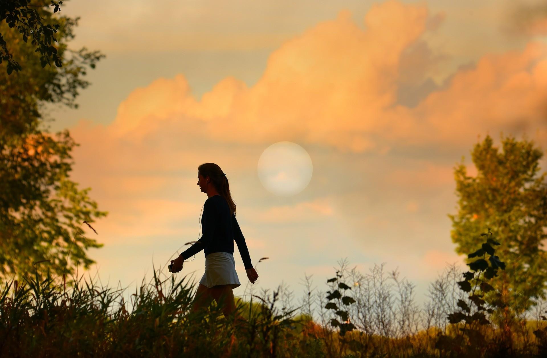▲散步 。(圖/取自免費圖庫pixabay)