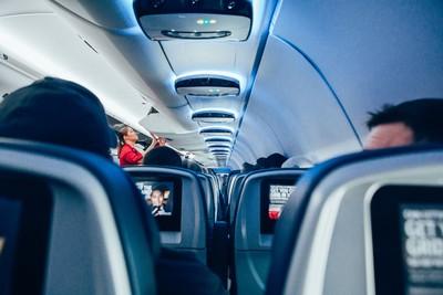 一拒關機一摔電話 航班折返乘客大讚