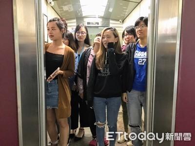 電梯坐2樓遭公審!她低頭求饒:出過車禍