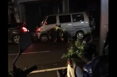 影/板橋警電擊棒壓制毒販 網民覺得療癒