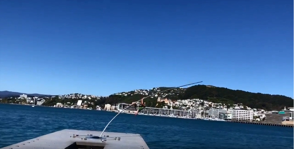 ▲▼ 男子攀爬紐西蘭裝置藝術Water Whirler。(圖/翻攝自YouTube/Ilyich Sergei)