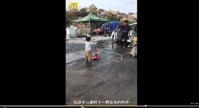 滑板車想洗澡 2歲萌娃排隊等