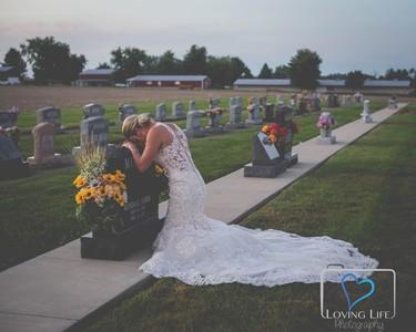 消防員婚前意外身亡 未婚妻到夫墳前拍婚紗 攝影師PS讓兩人跨越生死