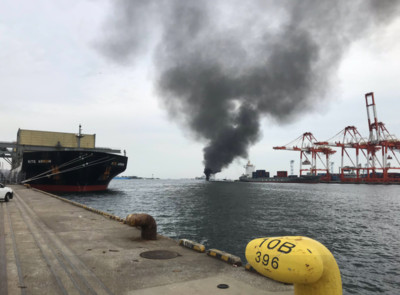 漁船橫濱海上起火!大火吞噬2/3船體