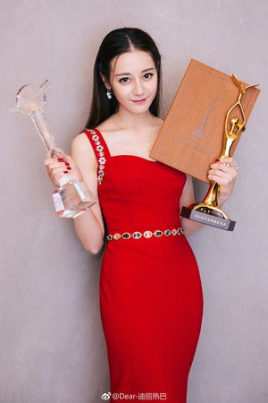 ▲迪麗熱巴在2018年金鷹獎,成為女演員中的大贏家。(圖/取自迪麗熱巴微博)