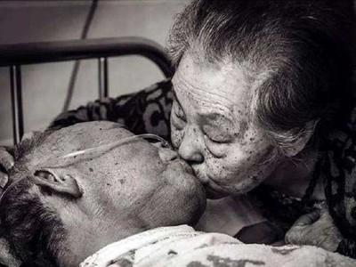 「這一次真的要走了」白髮夫妻病房吻別 道出八十年愛情承諾