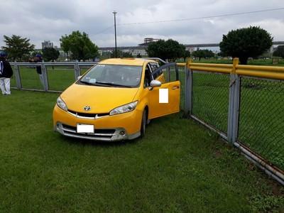 黑豹旗發生計程車衝進球場意外