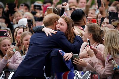 凌晨4點來等 少女得哈利王子擁抱嗨翻