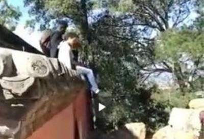 外國客爬頤和園古牆 瓦片被踩掉