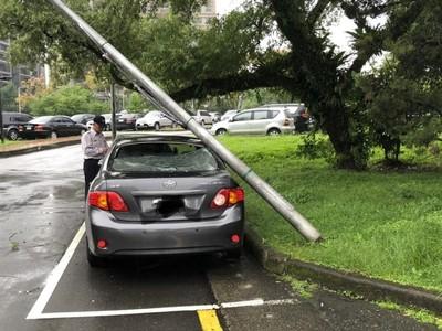 地震晃倒中研院路燈 砸壓一轎車