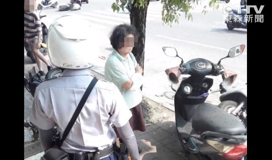 ▲▼78歲開車買Pizza連環29撞!路人頭部重創慘死 阿婆被移送嚇傻。(圖/東森新聞)