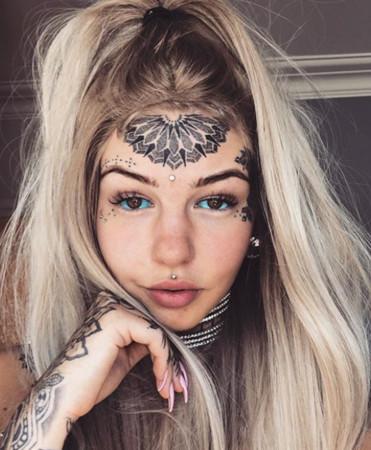 Amber Luke眼球刺青。(圖/翻攝自Amber Luke IG)