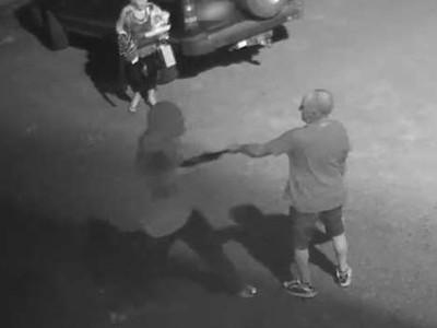 阿公緊抓槍口瞪著歹徒!深夜與妻散步遭搶劫,怒回:你打斷我們約會
