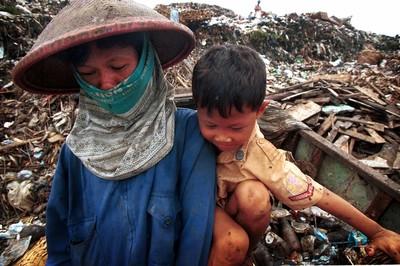 住垃圾山旁!印尼人爭取更多「臭錢」