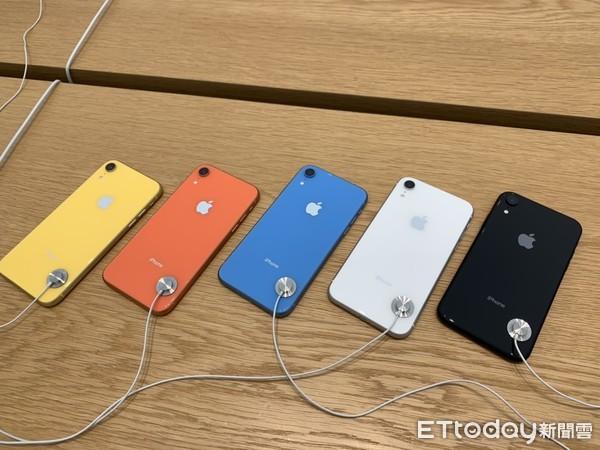 ▲�iPhone XR�_�u日小�Y,黑白色最受�g迎,128G需求最高。(�D/�者邱��芯�z)
