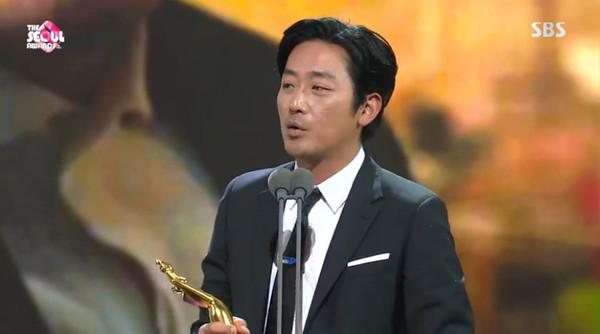 ▲▼「第二屆The Seoul Awards」朱智勛、河正宇。(圖/翻攝自SBS)