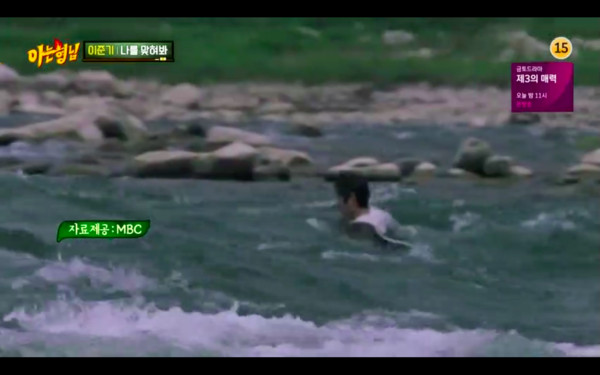 ▲▼李準基5年前險溺死「畫面曝光」:喊不出救命! 劇組以為是演技(圖/翻攝自MBC、JTBC)