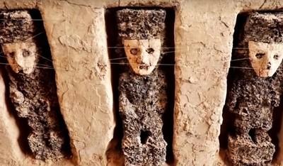 「詭異木雕」守衛古城遺跡800年…臉戴陶土面具佇立牆中