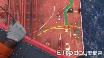 黑鷹綠島吊掛救援 菲籍船員獲救比讚