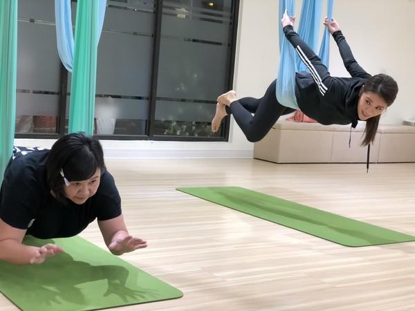 ▲▼小禎、鍾欣凌做空中瑜珈。(圖/民視)
