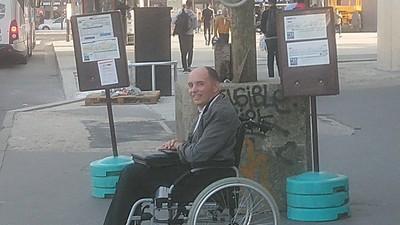 輪椅男想上公車「人牆擋緊緊」 司機霸氣一吼:全部乘客給我下去
