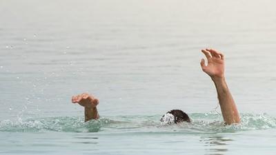 救到兒子「才想起自己不會游泳」父子海中撐到沒力,求救聲沒人聽見