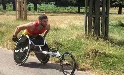 輪椅丟包 半癱運動員爬出機場