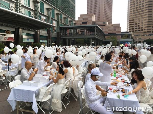 ▲▼參加活動者,必須全白服裝出席,包括配件。(圖/記者陳建竹攝)