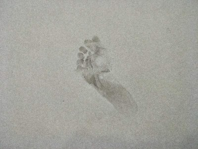 鬧鬼證據!菲律賓百貨「十年鬼腳印」,清掉就浮現另一隻腳