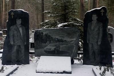 死也要霸氣外露!黑幫墓園「一堆人站著」 等身寫實墓碑見碑如見人