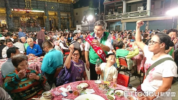 ▲台南市長候選人許忠信11月4日晚上辦募款餐會,讓許忠信感動又溫馨。(圖/記者林悅翻攝,下同)