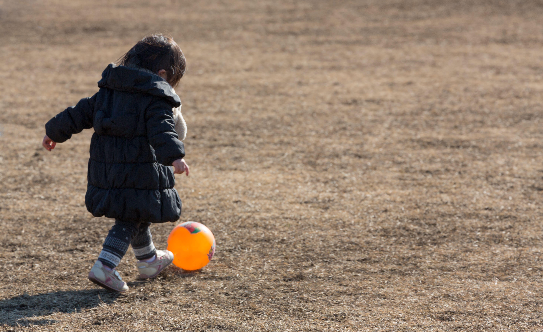 ▲小孩踢球。(圖/取自免費圖庫pakutaso)