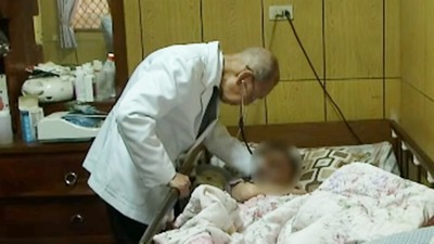 抓雞當掛號費!95歲「春梅老醫」鄉村行診一輩子:直到我走不動為止