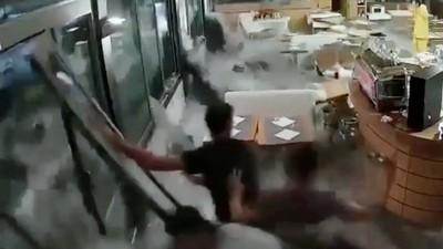 上1秒還在清積水 海浪衝破餐廳玻璃窗 徒手擋不住直接倒地