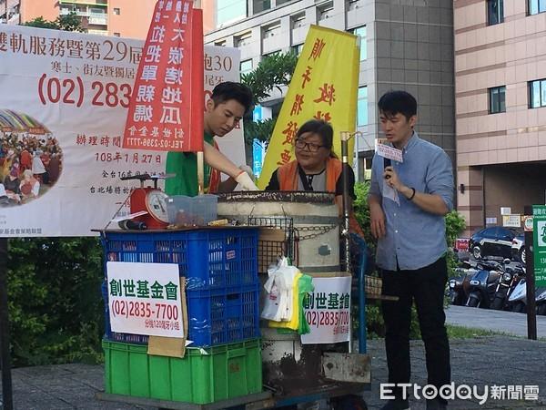 ▲李國毅幫助單親媽媽賣地瓜。(圖/記者林奕如攝)